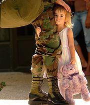 Una niña despide a su padre.